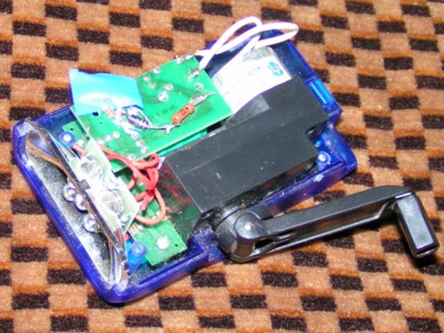 Берем зарядное устройство от «Нокии», втыкаем его штекер в разъем фонарика