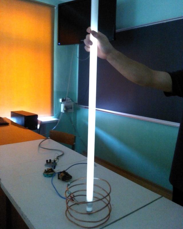 свечение люминисцентной лампы, от создаваемого ВВ поля