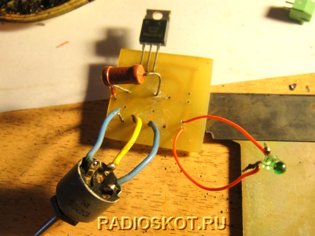 припаяем симистор, и переменный резистор к плате
