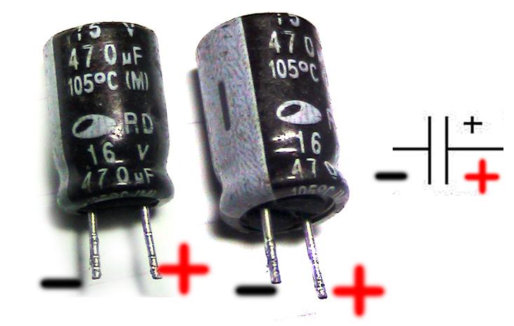 Минус на конденсаторе отмечен полоской