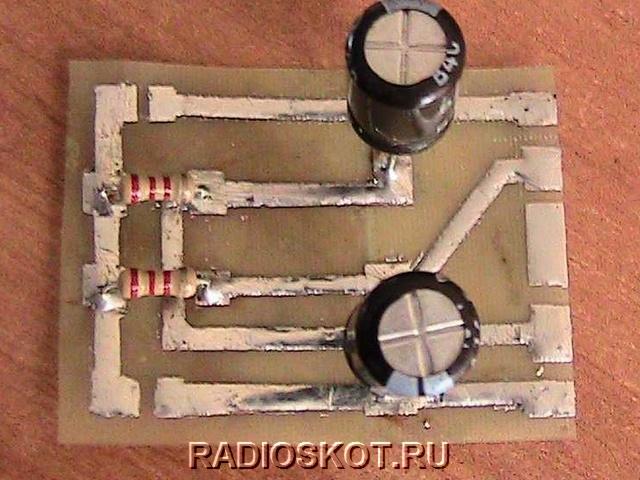 два электролитических конденсатора на 470 мкф