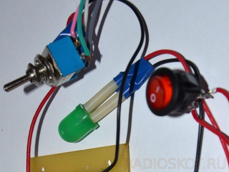 индикатор включения на светодиоде, тумблер, управляющий реверсом и выключатель питания