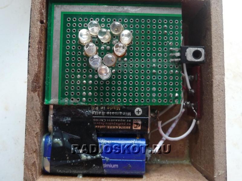 VT1 в схеме берет на себя роль усилителя и ключа.  Управляет миганиями светодиодов симметричный мультивибратор.